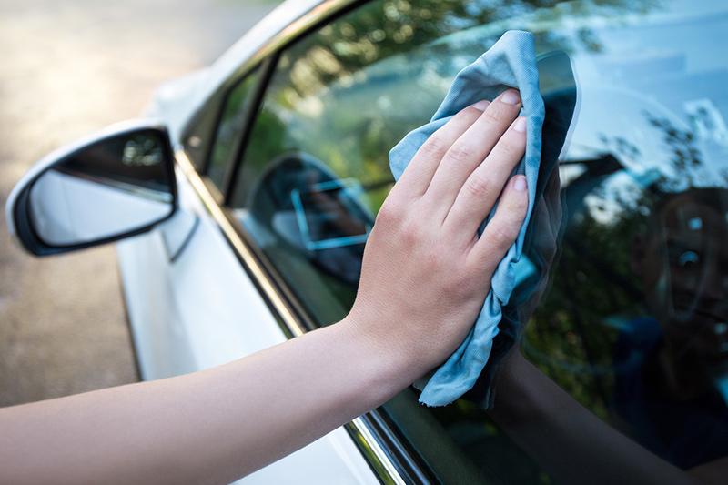 Limpiar las ventanas del coche