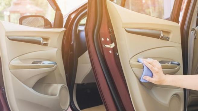 Imagen limpiando los paneles de las puertas del coche