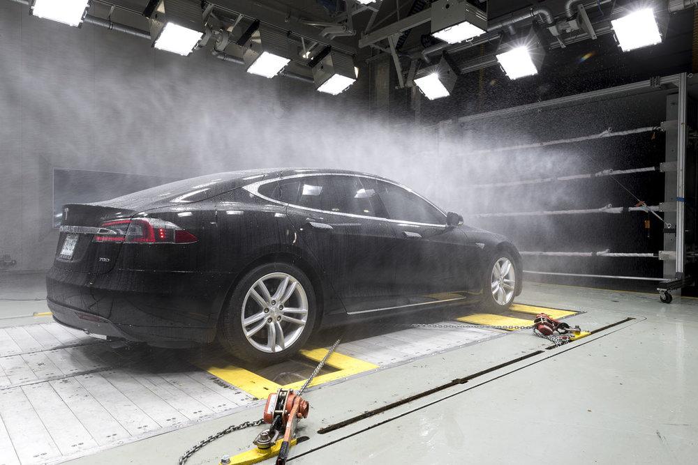 Lavar coche tesla con manguera de agua